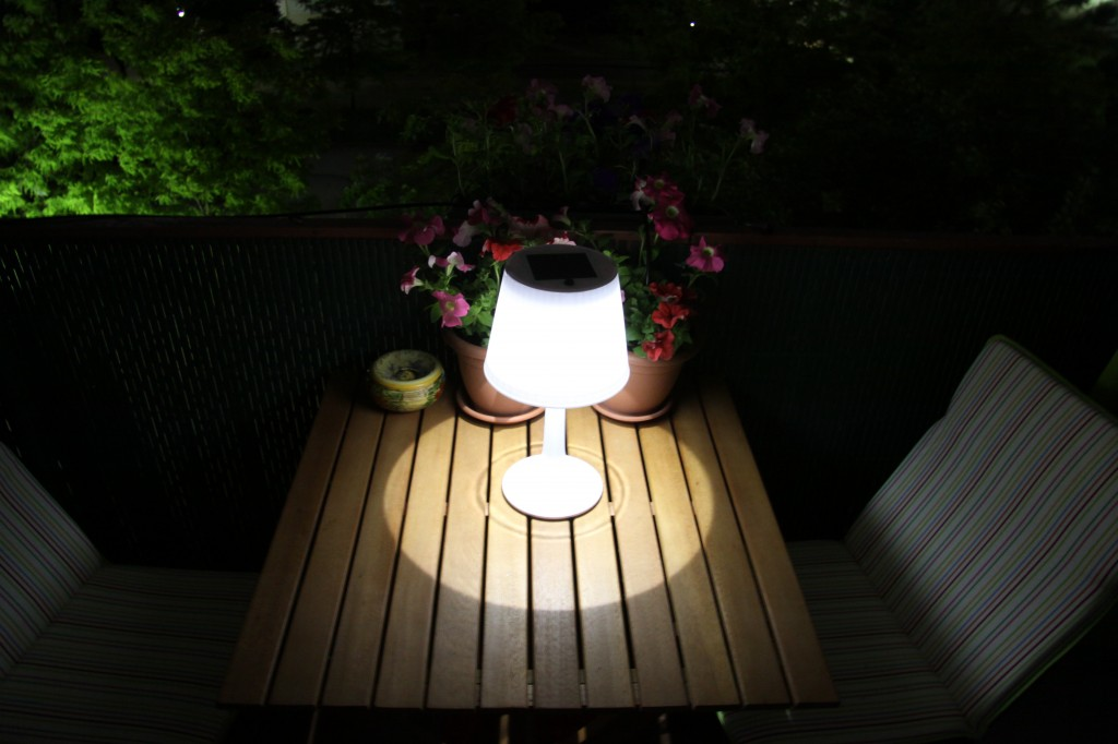 une lampe de table solaire pour le balcon bienvenue sur. Black Bedroom Furniture Sets. Home Design Ideas